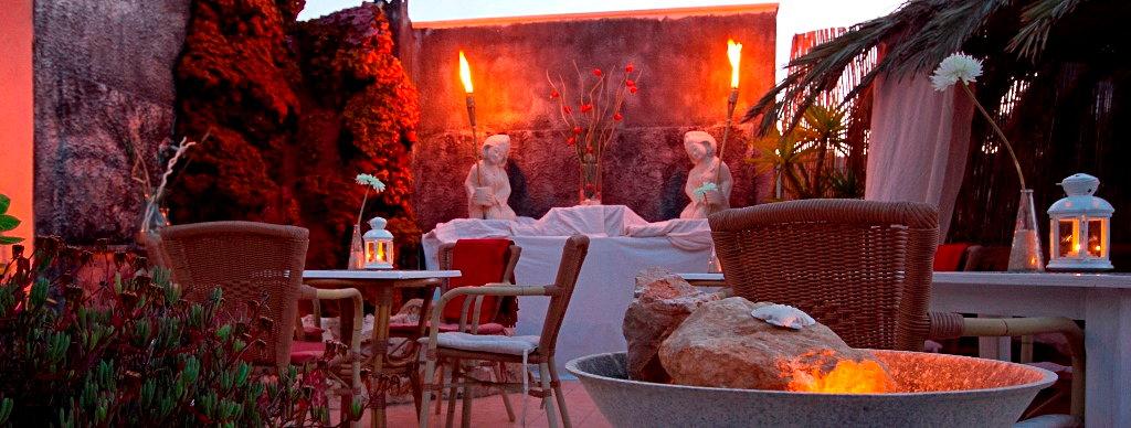 el momento, Bar und Restaurant, Cala Figuera, Patio in der Dämmerung